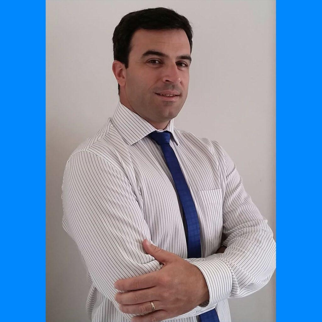 Dr. Bernardo Sampaio é um homem branco com camisa e gravata, ilustrando o Dia Nacional do Fisioterapeuta 2021.