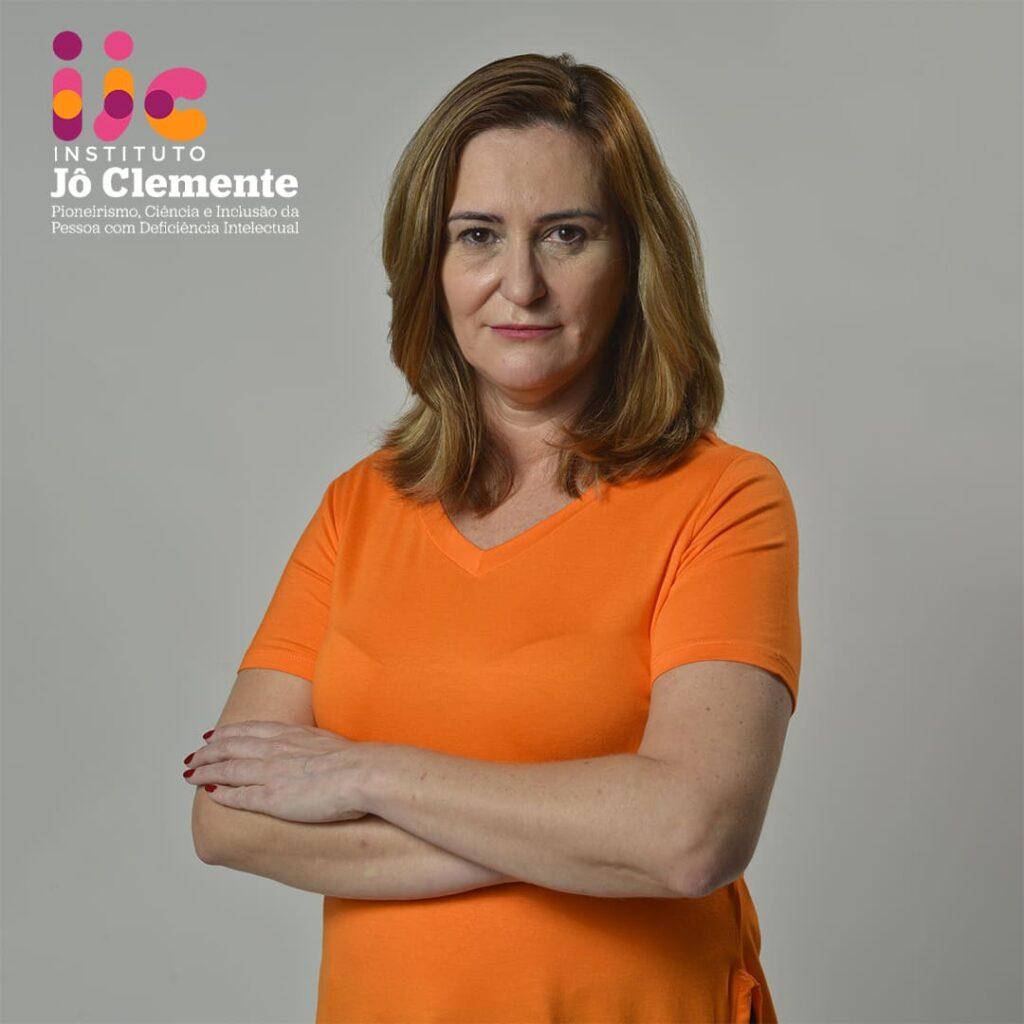 Leila Castro, do Instituto Jô Clemente. Mulher branca, cabelos loiros. Camiseta laranja.