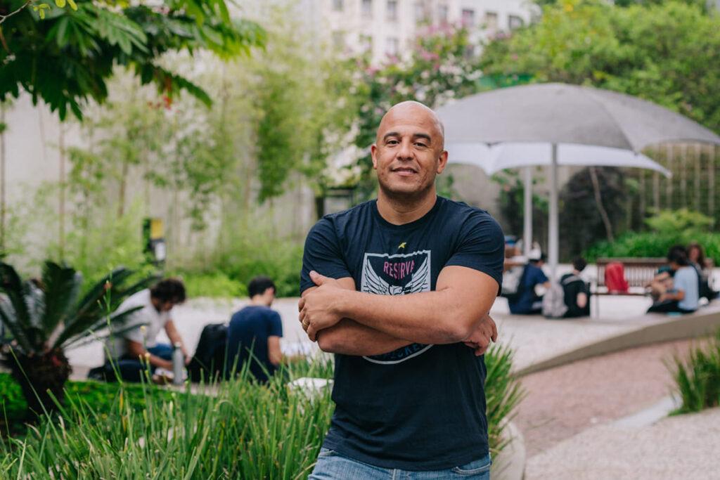 Foto de Leizer Pereira, homem negro calvo, criador da startup Empodera.