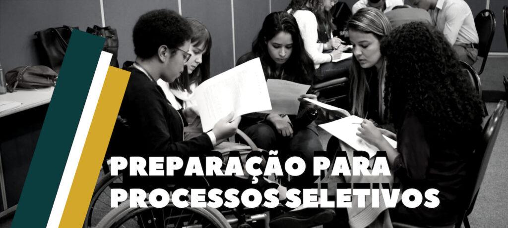 """Foto em preto e branco com cinco jovens, uma delas cadeirante, com sobreposição da frase: """"Preparação para processos seletivos""""."""