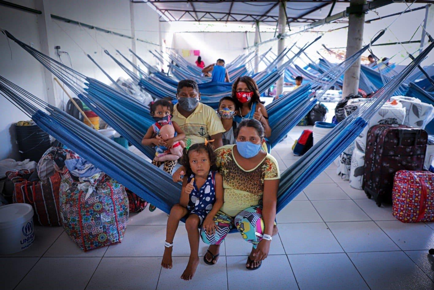 Foto de família de indígenas venezuelanos da etnia Warao na capital do estado do Amazonas, ilustra Lançamento de cartilhas que orientam atendimento ao indígena refugiado e migrante da Venezuela.