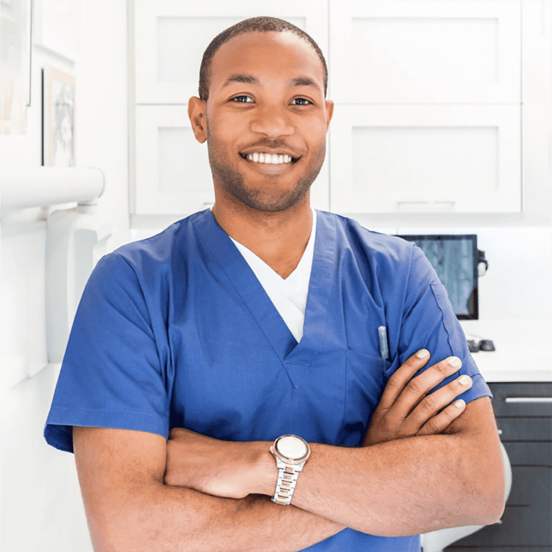 """Imagem de homem negro com uniforme ilustra artigo """"Cuidadores podem ganhar até 3 mil mensais"""""""